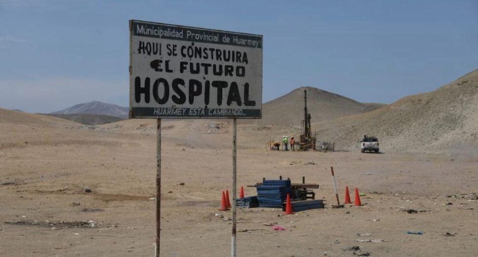 El futuro hospital de Huarmey tiene un cartel. Así se encontraba hace un año cuando el presidente Martín Vizcarra anunció que se realizaría la obra. Hoy el escenario es muy similar.   (Foto: Elsa Pereda)