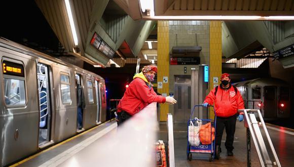 Los trabajadores del metro deben limpiar y desinfectar los vagones del metro. (Foto: AFP)
