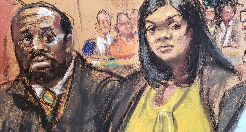 Tova Noel (de amarillo), de 31 años, y Michael Thomas, de 41 están acusados de haber falsificado los registros de vigilancia de la noche del 9 al 10 de agosto pasados para encubrir que no habían realizado sus rondas de vigilancia para comprobar el estado de los presos, entre ellos Epstein. (Reuters)