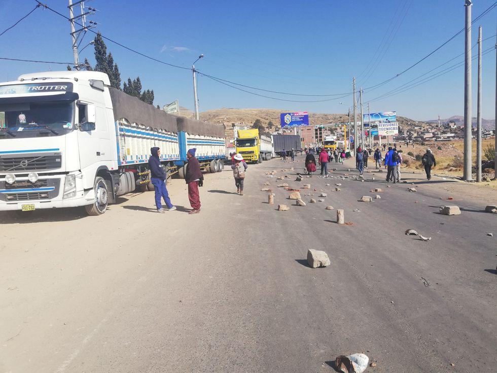 Varios tramos viales de la región Puno amanecieron bloqueados en diferentes sectores por el paro de 24 horas que acatan algunas organizaciones sociales. (Foto: Carlos Fernández)
