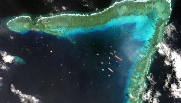 Una imagen satelital tomada el 23 de marzo de 2021 muestra barcos chinos anclados en Whitsun Reef, a unos 320 kilómetros al oeste de Bataraza, en Palawan, en el Mar de China Meridional. (Foto: AFP).