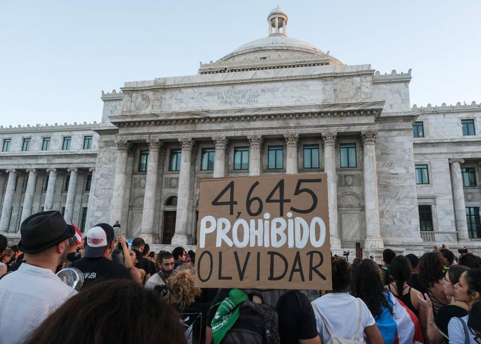Cientos de manifestantes se manifestaron en el Capitolio, la sede del Legislativo, para exigir la dimisión de la gobernadora de Puerto Rico. (Reuters)