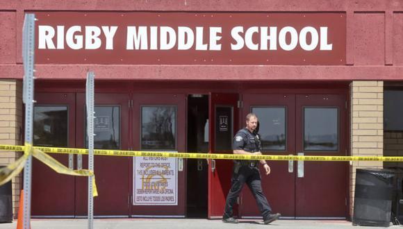 Un oficial de policía sale de la escuela secundaria Rigby luego de un tiroteo en Rigby, Idaho. Las autoridades dijeron que dos estudiantes y un conserje resultaron heridos y que un estudiante fue detenido. (Foto: AP / Natalie Behring)