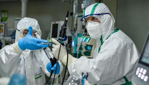 Médicos tratan a un paciente infectado por el coronavirus COVID-19 en un hospital en Wuhan, en la provincia central china de Hubei. (AFP).