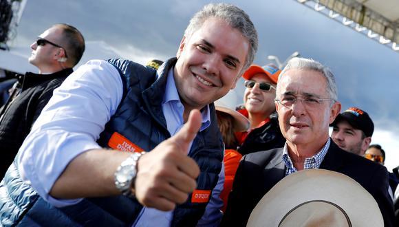 El ex presidente colombiano Alvaro Uribe (derecha) y el presiden de derecha Iván Duque durante una concentración de la campaña de clausura en Bogotá. (Reuters).