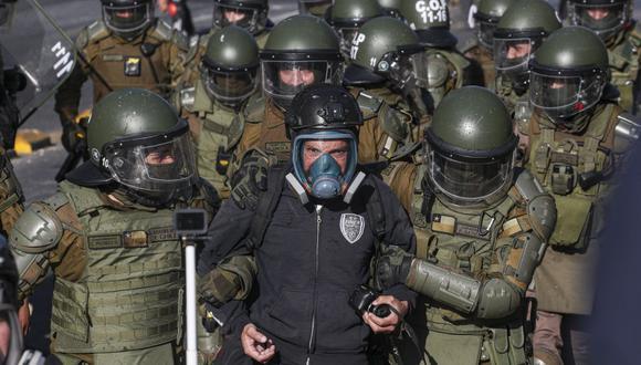 Un hombre es detenido por la policía de Chile durante una protesta contra el presidente Sebastián Piñera el 27 de noviembre de 2020. (Foto AP / Esteban Felix).