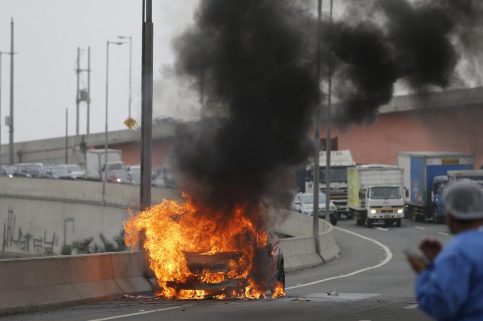 Un auto terminó calcinado esta mañana tras incendiarse en la vía del Puente Huánuco, ubicado en el distrito Rímac. De acuerdo con el portal de los bomberos, el vehículo ardió en llamas a partir de las 9:00 a.m. por razones que aún están siendo investigadas. (Foto: Violeta Ayasta / @photo.gec)