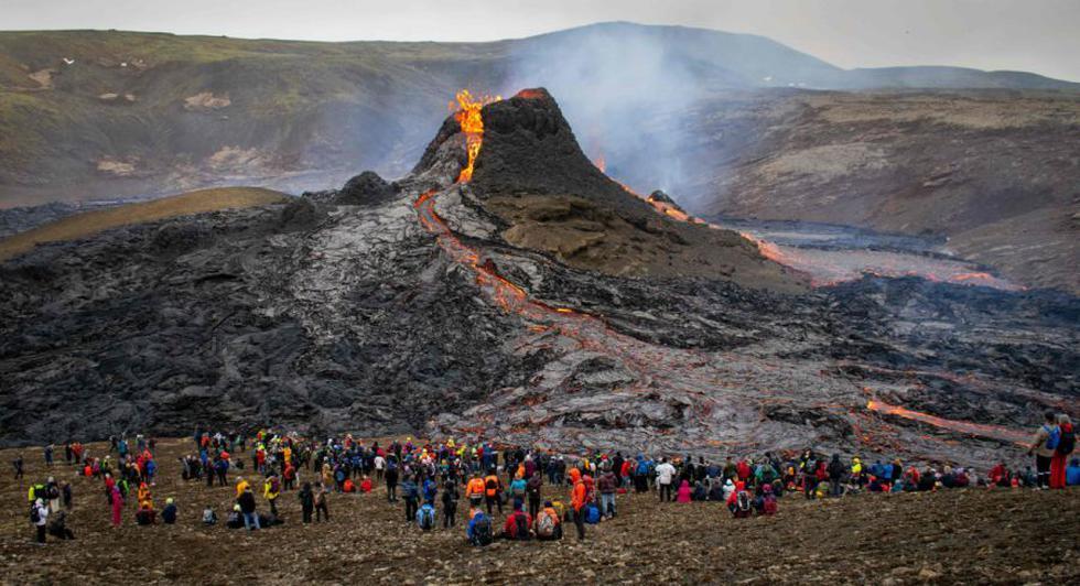 Los excursionistas del domingo observan la lava que fluye del volcán Fagradalsfjall en erupción a unos 40 km al oeste de la capital islandesa, Reykjavik. (Foto: AFP / Jeremie RICHARD).