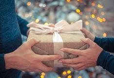 El truco más sencillo para envolver un regalo navideño de forma correcta | Video