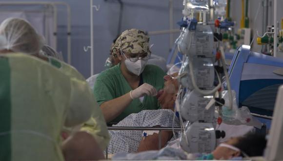 Un paciente afectado por el coronavirus COVID-19 es tratado en un hospital de campaña instalado en un gimnasio deportivo, en Santo Andre, estado de Sao Paulo, Brasil. (Foto: FP / Miguel SCHINCARIOL).