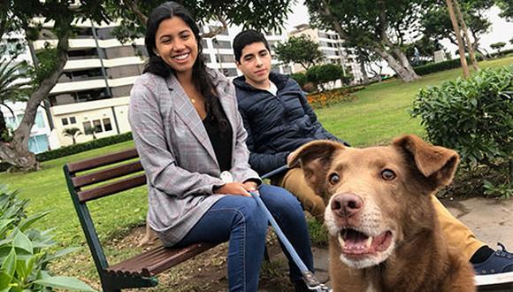Alejandra y Joaquín Guerra adoptaron a Borda hace dos años y han aprendido muchísimo sobre lo que implica tener un perro adoptado. Uno de los aprendizajes es que devuelven mucho amor.