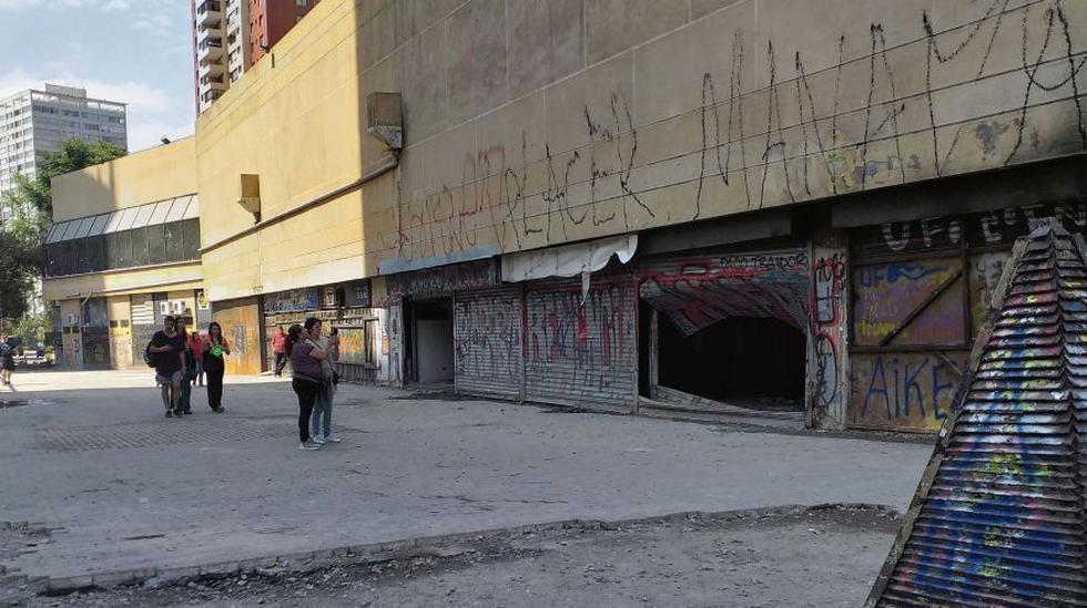 La Cámara de Comercio de Santiago contabilizó, solo en la primera semana de disturbios, 677 locales vandalizados, destruidos o quemados. Hoy se han convertido en parte del infausto paisaje local. (Foto: Adolfo Bazán Coquis / El Comercio)