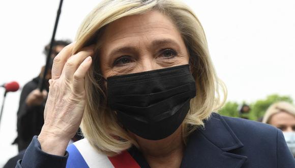 Marine Le Pen observa después de colocar una corona de flores frente a una estatua de Juana de Arco en París el 1 de mayo de 2021. (Foto de Bertrand GUAY). / AFP).
