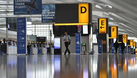 Unos pocos pasajeros caminaron alrededor del área de salida casi desierta en la Terminal 5 del aeropuerto de Heathrow en el oeste de Londres. (Foto: AFP)