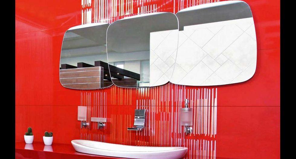 Espejos sobreexpuestos sin marco en pared de cerámica. (Foto de Shutterstock)