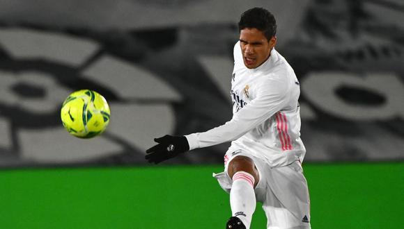 Real Madrid vendería a Raphael Varane al Manchester United para sanear la economía del club español. (Foto: AFP)