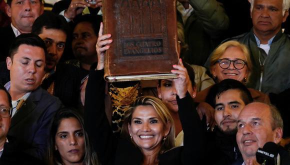 La presidenta interina de Bolivia Jeanine Añez levanta una Biblia en el Palacio Presidencial en La Paz. (REUTERS / Carlos Garcia Rawlins).