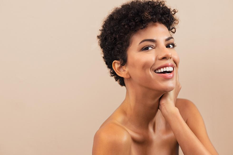 Incluye estos pasos en tu rutina de belleza y evita la apariencia oleosa en tu rostro. (Foto: Shutterstock)