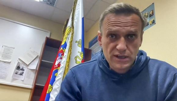 Esta captura tomada de un video disponible el 18 de enero de 2021 en la página de YouTube muestra a Alexei Navalny hablando mientras espera una audiencia judicial en una estación de policía en Khimki, en las afueras de Moscú. (AFP).