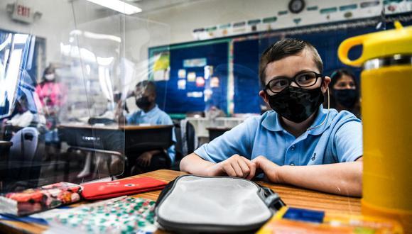 Los estudiantes usan mascarillas cuando asisten a su primer día de escuela después de las vacaciones de verano en Miami, el 18 de agosto de 2021. (CHANDAN KHANNA / AFP).