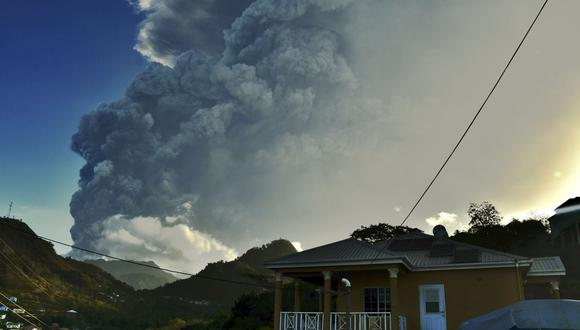 La ceniza se eleva en el aire cuando el volcán La Soufriere entra en erupción en la isla caribeña oriental de San Vicente. (Foto: AP/Orvil Samuel)