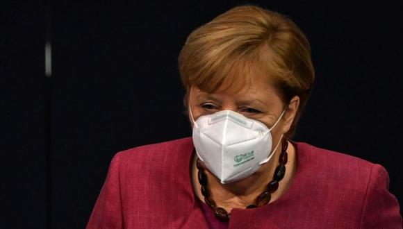 La canciller alemana, Angela Merkel, usa una mascarilla cuando llega para dar un discurso en el Bundestag, la cámara baja del Parlamento en Berlín antes de las conversaciones de la Unión Europea sobre la pandemia del coronavirus. (Foto: AFP / Tobias SCHWARZ).