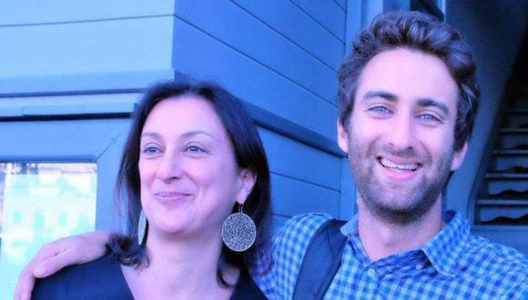 La periodista Daphne Caruana Galizia junto a su hijo Matthew, que también es periodista. Ella investigaba casos de corrupción gubernamental.