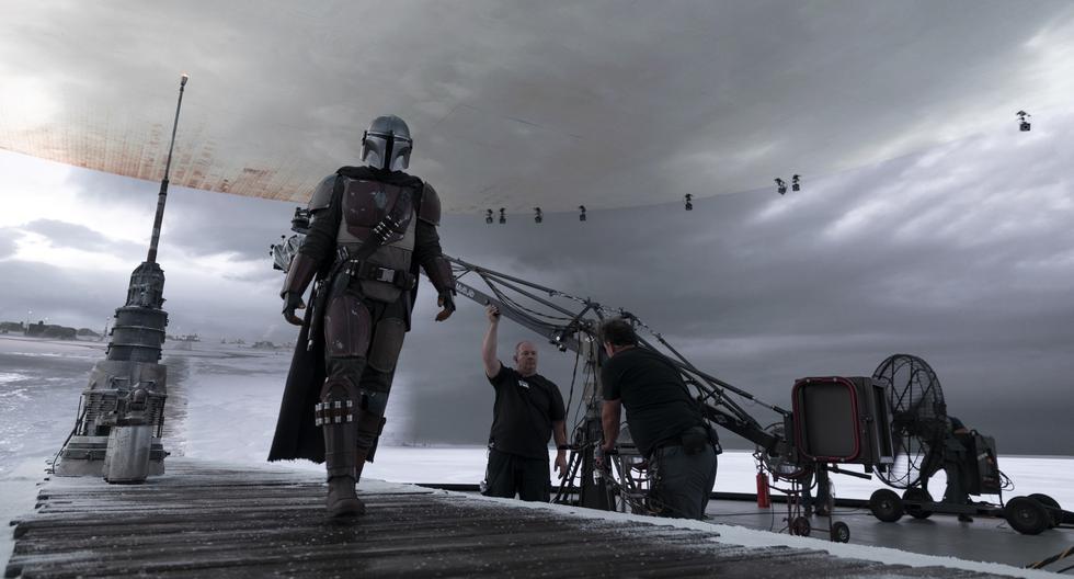 """Pedro Pascal filmando """"The Mandalorian"""", serie realizada en 'The Volume', set de última tecnología que simula escenarios inmersivos con pantallas circulares. (Disney+)"""