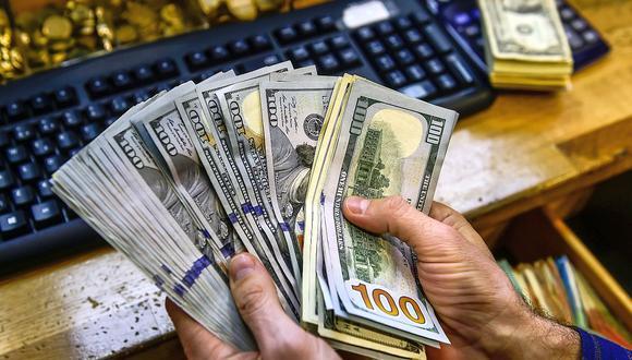 En el mercado paralelo o casas de cambio de Lima, el tipo de cambio se cotiza a S/3,600 la compra y S/3,625 la venta. (Foto: AFP)