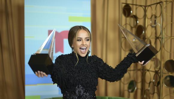 """Becky G con sus dos galardones en los Latin American Music Awards (Canción Urbana por """"Mayores"""" y Mejor Artista Femenina) en el 2018. (Foto: AP)."""