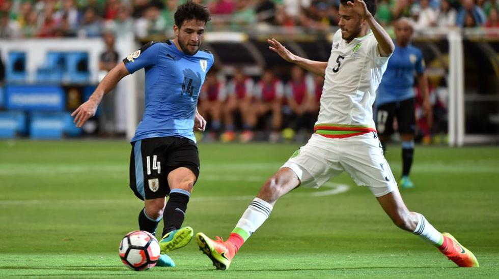 Los futbolistas de Uruguay en capilla para duelo contra Perú - 5