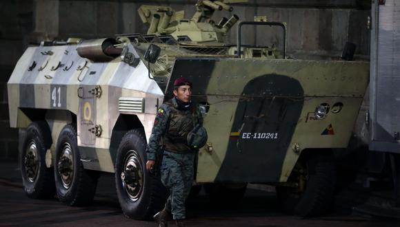 Soldados montan guardia en los alrededores del palacio presidencial de Carondelet. (AFP / Cristina VEGA).