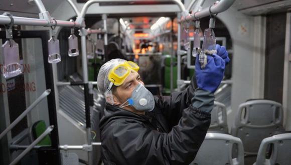 Los virus se pueden propagar a través de las superficies compartidas en el transporte público. (Foto: Getty Images, via BBC Mundo)