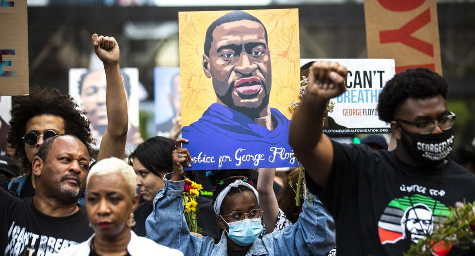 Biden welcomes George Floyd relatives, but anti-police violence law still on hold
