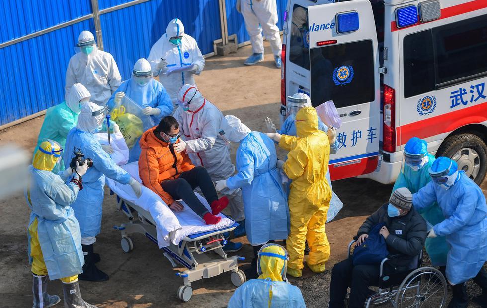 El personal médico transfiere a los pacientes de coronavirus al nuevo Hospital Huoshenshan, en Wuhan, provincia de Hubei. (EFE).