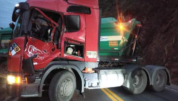 El conductor circulaba a la altura del kilómetro 73 de la Carretera Central, cuando una gigantesca roca rodó por el talud e impactó contra su cabina y lo aplastó. (Foto: PNP)