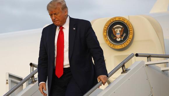 El presidente Donald Trump se baja de su avión en Morristown, Nueva Jersey el 24 de julio del 2020. (AP Photo/Patrick Semansky, File).