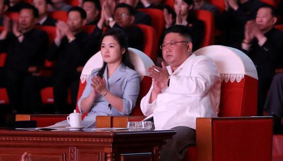 El líder norcoreano Kim Jong Un y su esposa, Ri Sol Ju, ven una actuación en celebración del cumpleaños de su abuelo Kim Il Sung, en Pyongyang, en esta foto proporcionada por la Agencia Central de Noticias de Corea del Norte (KCNA). (Foto: KCNA vía REUTERS).