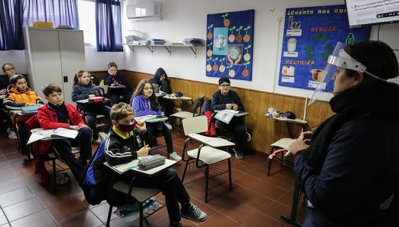 A inicios de julio, todos los alumnos de las escuelas uruguayas regresaron a las aulas. En junio ya lo habían hecho algunas escuelas rurales. En la foto, estudiantes del Colegio Español Cervantes en Montevideo. La baja incidencia del COVID-19 en Uruguay, la responsabilidad de la población y el estricto protocolo sanitario llevaron al país sudamericano a convertirse en el primero de Latinoamérica en retomar la presencialidad en la educación. (EFE)