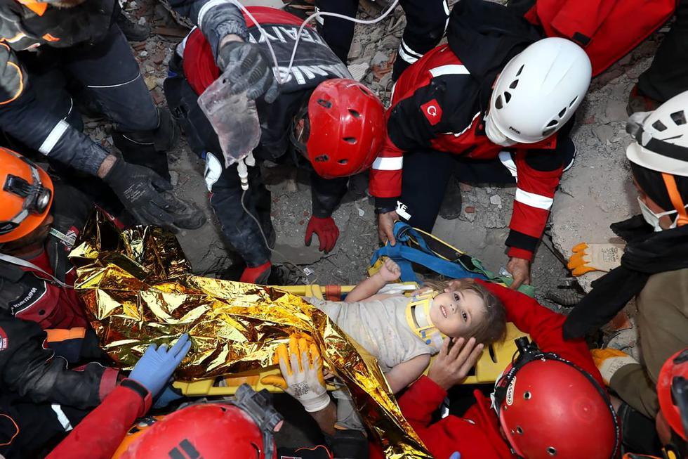 Ayda Gezgin, la miña de 3 años que fue rescatada de entre los escombros del terremoto en Turquía. (Foto: AFP).