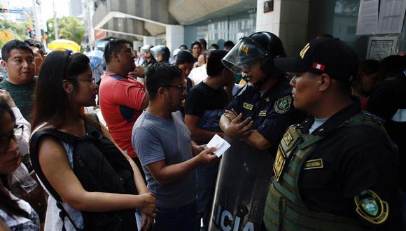Un grupo de personas protestó esta mañana debido a la falta de atención en el Touring Club del Perú. (Foto: Joel Alonzo)