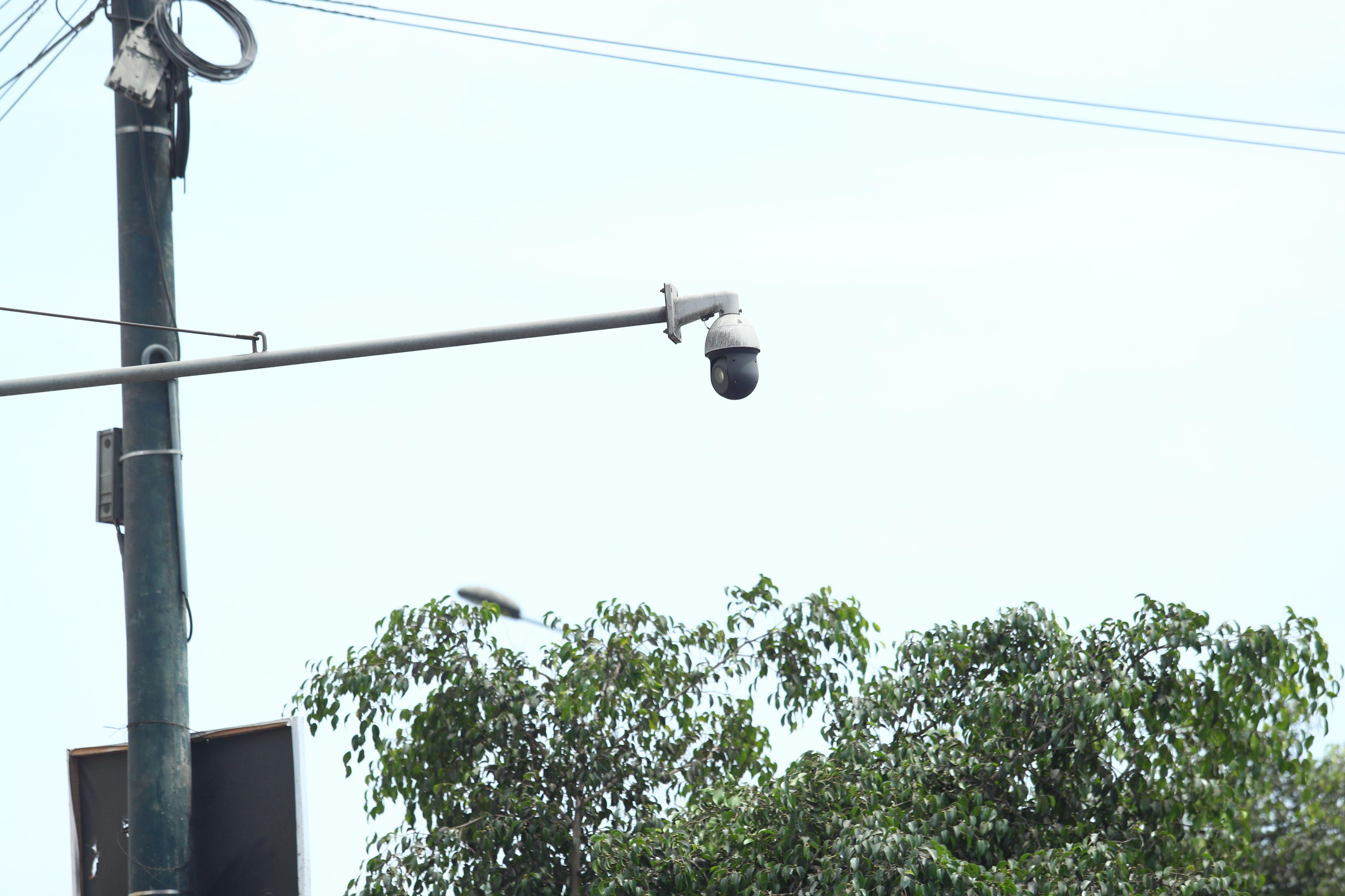 Esta otra cámara, ubicada afuera del centro comercial El Hueco, también apunta al cruce de las avenidas Piérola y Abancay (Foto: Alessandro Currarino)