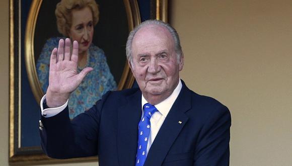 En esta fotografía de archivo del domingo 2 de junio de 2019, el ex rey de España Juan Carlos saluda durante una corrida de toros en la plaza de Aranjuez, Madrid, España. (AP/Andrea Comas).