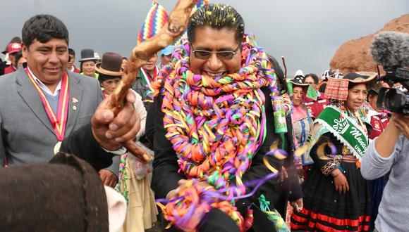 El Comercio siguió durante varios días el trabajo de Aduviri. Durante el recorrido por Puno, el gobernador recibió a dignatarios de otro país, inició obras públicas, participó en campañas de salud y hasta exigió el cierre de una mina acusada de contaminación.