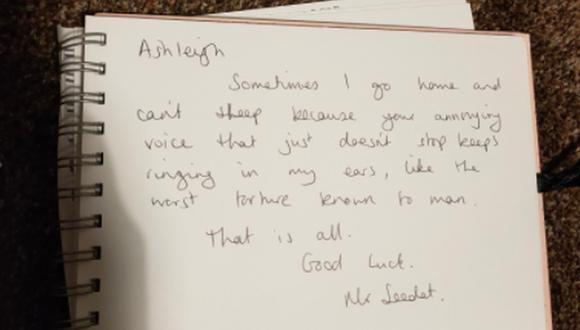 Una joven ha sorprendido en Internet luego de dar a conocer la singular nota que le escribió su profesor de inglés cuando dejó el colegio. (Foto: @arcticashhh / Twitter)