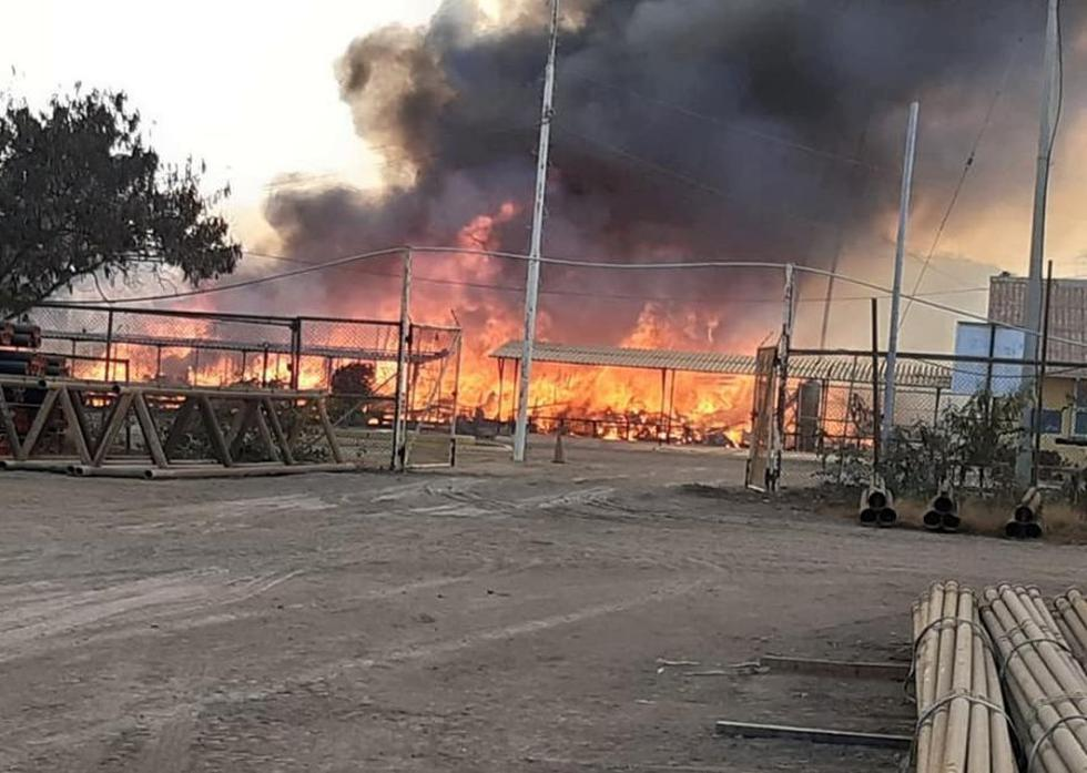 Un incendio se registró esta mañana en el local de una empresa petrolera ubicado en la provincia de Talara, en Piura, donde la población del distrito de El Alto acata un paro de 48 horas (Foto: cortesía)