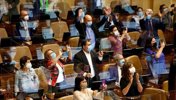 Congresistas de la oposición chilena celebran durante una sesión del Congreso para aprobar un segundo retiro parcial de los ahorros de pensiones, en medio de la propagación de la enfermedad del coronavirus (COVID-19), en Valparaíso, Chile. (Foto: Archivo / REUTERS / Rodrigo Garrido).