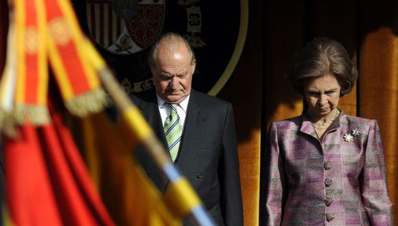 En esta foto de archivo tomada el 19 de octubre de 2009, el Rey Juan Carlos I de España y la Reina Sofía asisten a un desfile militar en el palacio de El Pardo en Madrid. (Foto: Pierre-Philippe MARCOU / AFP).