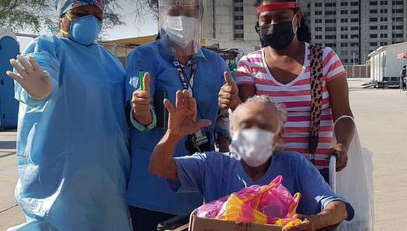 En la puerta lo esperaban su hermano junto a sus sobrinos para darle la bienvenida y llevarlo a casa. (Foto: Facebook: hospital de la Amistad Perú - Corea Santa Rosa II2)