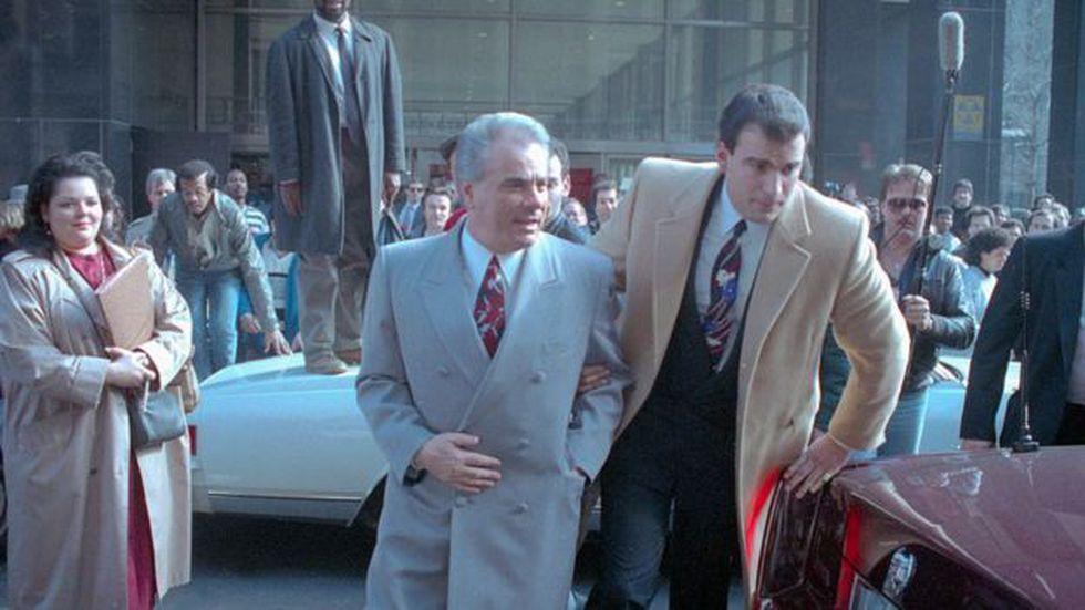 John Gotti, al centro de la imagen, era conocido por su afición a vestir trajes costosos. (Foto: AFP)